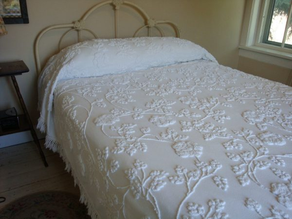 Looking Cabin Crafts Vintage Chenille Bedspread Dripping With Climbing Medium