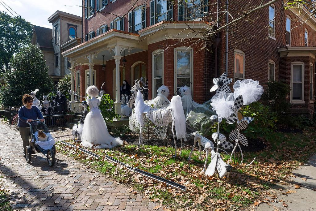 bore outdoor halloween decorations ideas to stand out